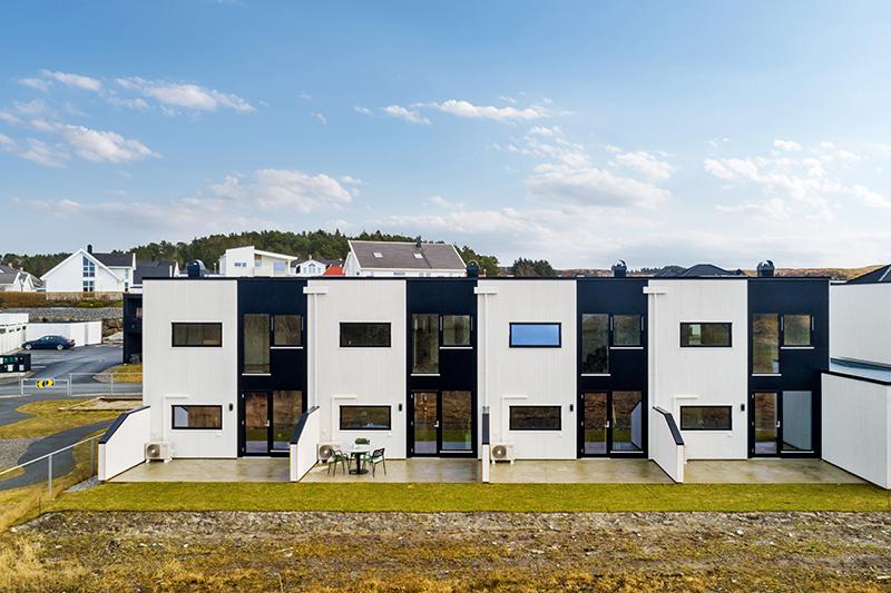 Front av funkisinspirert rekkehus på Tostemmen, Åkrehamn, Karmøy