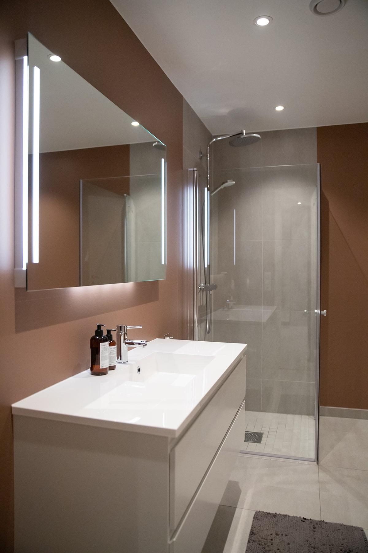Hovedbad med moderne farger - Villa jentoft i Haugesund