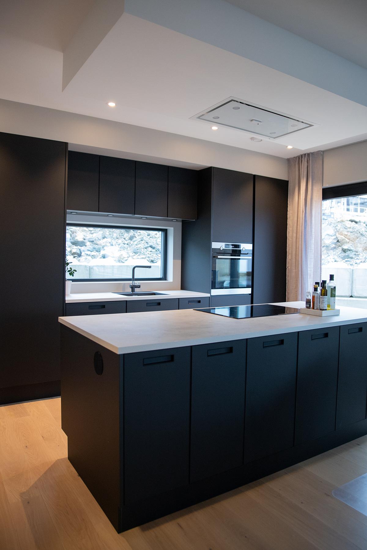 Moderne kjøkken med tøffe fargekombinasjoner mellom svart og marmor - Funkishuset Villa jentoft i Haugesund