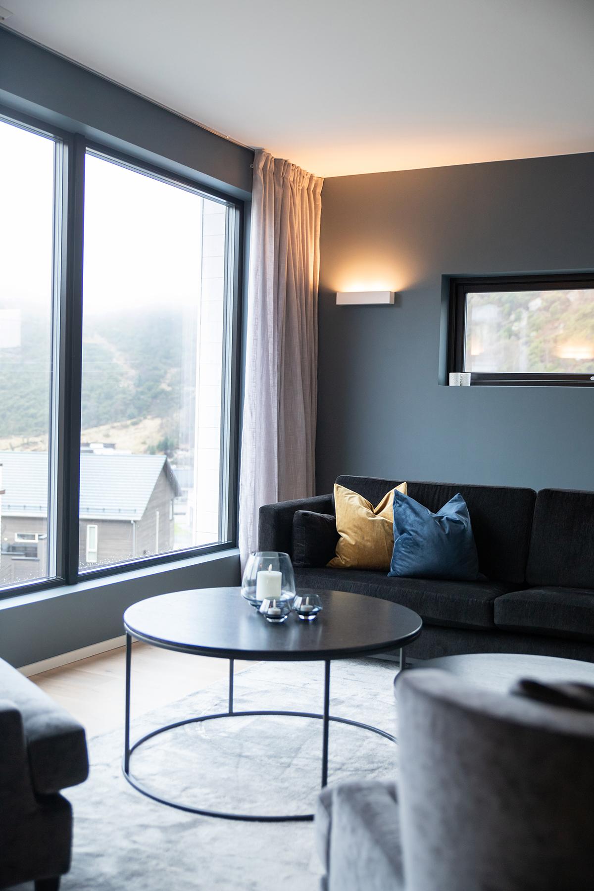 Stue med moderne interiør detaljer og farger - Villa jentoft i Haugesund