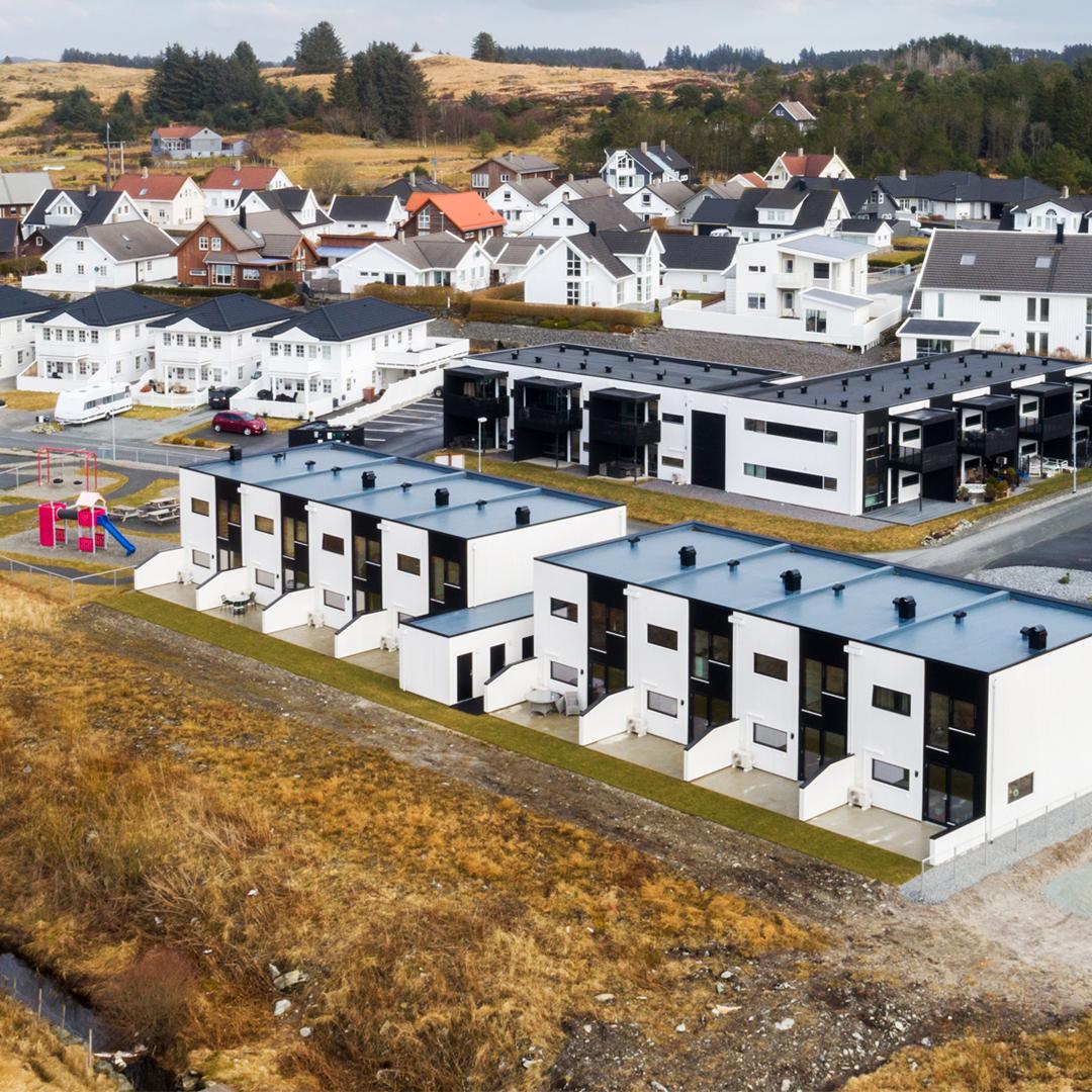 Funkishus i rekke på Tostemmen, Åkrehamn, Karmøy